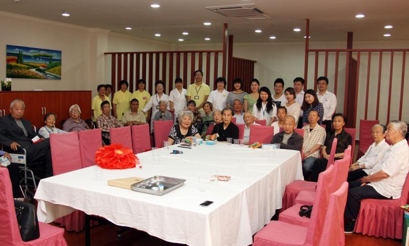 2014年5月29日集团团委组织开展敬老活动